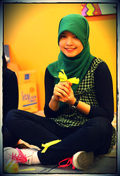 Nee-chan Annisa Yuwanda - Green Hijab, Green Plaid Dress, Black Jeans, Sneakers - Black and green!