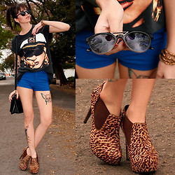 Angelica Moller - Absurda Sunglasses, Thrift T Shirt, Romwe Short, Doramila Boots - Don't go for second best baby!