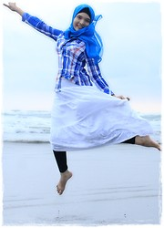 Nee-chan Annisa Yuwanda - Blue Hijab, Blue Plaid, White Skirt, Legging - We're going to the beach!