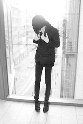 Toni Mikael - H&M Blazer, Asos Shirt, Asos Beanie, Fleamarket Leather Shoes - Complex Black