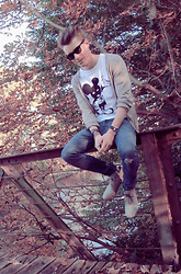 Colin D - Hudson Shoes, H&M Jeans, 5preview Tshirt, H&M Cardigan, Ray Ban Wayfarer - Who sacrifices the love?