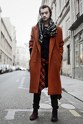 CLEMENT LOUIS . - Kiliwatch Skull Scarf, Flea Market Red Coat, American Apparel Black Tshirt, Uniqlo Stripes Shirt, The Kooples Black Leather Pant, Noir Kennedy Brown Velvet Boots - PUMPKIN / Clément Louis