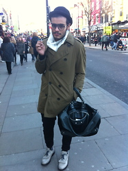Luciano Aristide Russo - Paul Smith Foulard, Burberry Trench, Paul Smith Pantaloni, Neil Barrett Scarpe, H&M Bombetta, Balenciaga Borsa - London style.