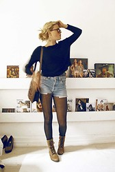 Ellen Hallström - Levi's® Beloved Levis Shorts, Beloved Leather Shoes, Beloved Vintage Bag, Beloved Knitted Sweater - Beloved.