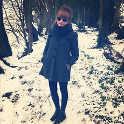 Lauren Park - Ray Ban Sunglasses, H&M Snood, Urban Outfitters Grey Coat With Velvet Collar, Asos Green Leather Chelsea Boots - Sunglasses in the snow