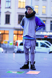 Onton Abstract - H&M Cap, Varenye Snake Scarf, Varenye Many Gloves Sweat, Varenye Square Pans, Converse - Berlin abstract