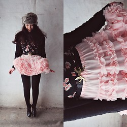 Marie Schöniger - Loveclothing Faux Fur Hat, Love Dress Worn As Shirt, H&M Swallow Belt, Chic Wish Tull Skirt - Peach My Heart Petticoat