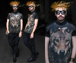 Andre Judd - Wolf Print Shirt, Black Button Down Shirt, Mirrorized Lens With Chunky Frame, Ken Samudio Crown Of Thorns, Gold Cuff, Céline Camera Bag - TEEN WOLF