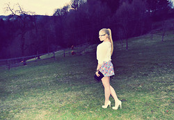 Anna Maria - Rey Ban Glasses, Zara Neon Flowerskirt, Vintage Clutch - Pass through