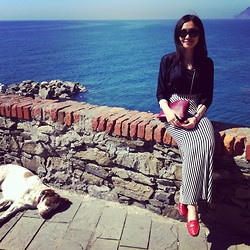 Marguerite Mengjie CHEN - Prada Black Sunglasses, Neither Nor Black Silk Shirt, Céline Burgundy Trio Bag, H&M Black And White Zigzag Skirt, Prada Red Leather Flats - Cinque Terre