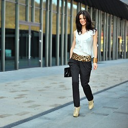 Dailylook Ro - White Blouse, Imprinted Black Pants, Shoes - Chic Urban Look