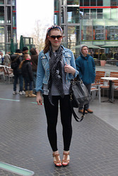 Natascha C - Primark Denim Jacket, H&M Bird Scarf, New Yorker Grey Jumper, H&M Black Bag, Primark Leggings, H&M Wedge Sandals - Casper - Auf und davon.