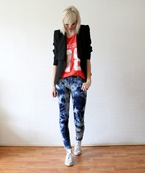 Sietske L - Romwe Blazer, Zara Printed Top, Armani Exchange Tie Dye Jeans, Converse White All Stars - Dyed and printed.