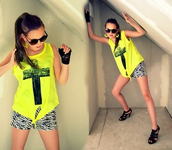 Regine N.K - Gina Tricot Bonnie Top, Bikbok Ps Thea Shorts, Roots Exclusive Shoes - Feeling yellow
