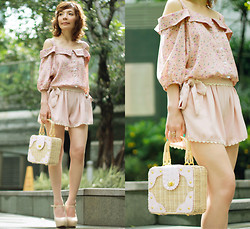 Prisca E. - Drop Shoulder Floral Blouse, Scalloped Shorts, Mini Picnic Bag - Summer Blush // Giveaway on my blog!
