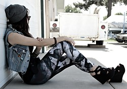 KENDALL SANCHÈZ - Leggings, Bakers Wedges, Levi's® Diy Vest - .Through The Haze, We See Who Matters.