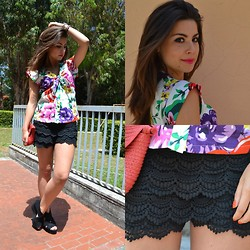 Valentina Marzullo - Oasap Shorts, Gioseppo Pochette, Nara Camicie Floral Shirt, H&M Wedges - Floral shirt