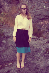 Tina Andersen - Vintage Blouse, New Look Skirt - Bare feet in the rain