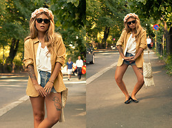 Ronja P. - From My Mum Vintage Purse, H&M Flower Headband, Blu Ray Shirt, Levi's® Vintage Levis Shorts - Ü