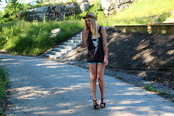 Jennifer Nilsson - Modekungen.Se Karl Lagerfeldt Tank Top, Wera Hat, Bianco Footwear Heels, Diesel Shorts - ★ you've got my heartbeat running away ★