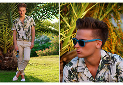 Dennis M. - Ray Ban Sunglasses, H&M Shirt, Acne Studios Chinos, Espadrillos Of Sweden - Tropical print shirt