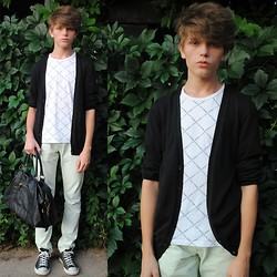 Matthew Rosinski - H&M Black Cardigan, Yves Saint Laurent Top, Bershka Mint Jeans, H&M Bag, Converse Shoes - Wall of the leaves
