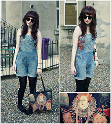 Rach Roberts - Past Times Queen Elizabeth Print Bag, H&M Round Tortoiseshell Sunglasses, H&M Denim Dungarees, Reptile Scale Print Top, Black Tights, Topshop Black Suede Slipper Shoes - God save the queen