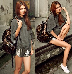 Iga Wysocka - Zara Hoodie, Backpack, Shorts, Bracelet - Jean Tonique - My Baby