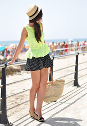 Crris LoveShoppingandFashion - Suiteblanco Top, Lefties Shorts - Neón