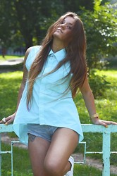 Anna Pugach - Sky Blue Shirt, Levi's® Shorts, White Sneakers, Gold Accessories Watch, Necklace, Rings, Earringgs - Sun is shining, the weather is sweet