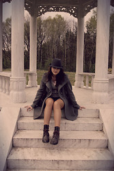 Zuzanna Niedzielska - Vero Moda Grey Coat, Orsay Heart Necklace, New Look Brown Boots - Wilanów