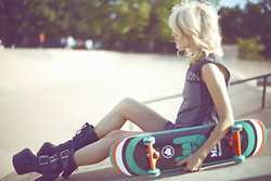 Rachel Lynch - Uo Joy Division Tee, Dolls Kill Torment Boots - The blonde skate girl