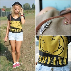 Diana Vioget - H&M Brown Bag, Ebay American Golden Eagle Brooch, H&M Nirvana T Shirt, Vans, Calliope Black Hat - Smells like teen spirit.