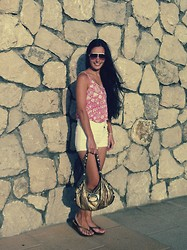 Mary Louise - H&M Tshirt, H&M Shorts, Guess? Bag - Rosa Soleado