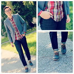 C. L. - H&M Blazer, Urban Outfitters Plaid Shirt, Uniqlo Skinny Jeans, Aldo Boat Shoes - In Plaid