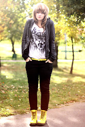 Maria Lapina - Dr. Martens Boots, Pull & Bear T Shirt - We all live in a yellow submarine