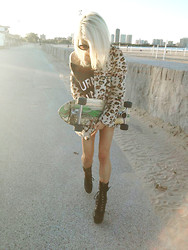 Rachel Lynch - Wildfox Couture Black Circle Shades, Michigan Boutique Leopard Jacket, Wildfox Couture Turn On, Tune In, Drop Out, Wildfox Couture Srgnt. Pepper Boots - I wanna catch your wave