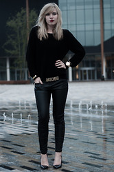 Rowan Reiding - H&M Black Oversized Jumper, Pimkie Faux Black Leather Skinny Pants, Zara Pointy Black Nude Python Heels, Moschino Gold Letters Belt, Michael Kors Gold Big Watch, H&M Gold Bracelet - M IS FOR MOSCHINO
