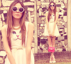 Flávia Desgranges van der Linden - O Mighty Weekend Dress, Zerouv Sunglasses - Cute cat!