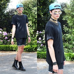 Willem Horck - Secondhand Snap Back, Choker, Gold Chain Necklace, Ksubi Ripped Top, Bullet Cuff, Comune Shorts, Dr. Martens - HIGHWAY THUG