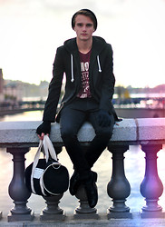 Theo Ortengren - 5 Preview Bag, Ramones T Shirt, Springfield Hoodie, Bläck Blazer, Cheap Monday Jeans - Nobody knows it but me