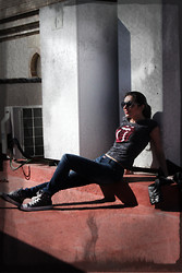 Mary Louise - H&M Tshirt Rolling, Glamy Jeans, Converse, Carrera Sunglasses - It´s only Rock and Roll