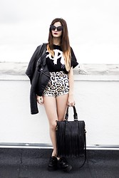 Clara Martín - Chicnova Bolso, Illustrated People Camiseta, Motel Rocks Shorts, 80s Purple Gafas - Dope