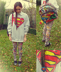 Océane P - Fruit Of The Loom Superman Sweater, Disney Store Super Heroes Backpack - Le masque tombe, l'homme reste, et le héros s'évanouit.