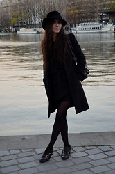 Mélinée Boucheron - Vintage Hat, Tara Jarmon Coat, Vintage Shirt, The Kooples Skirt, Lancaster Handbag, American Retro Shoes - Sous le pont de nos mains coule la Seine