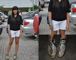 Meredith Fuerte - Gift From Tita Black 3/4, Primadonna Snake Heels, Céline Blue Bag, Details White Short - Snake on my feet
