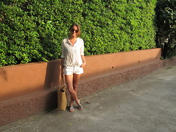 Isabelle Hawi - Zara Shorts, H&M Shirt, Rattan Tote, Linda Farrow Sunnies - White on white - style with isabelle