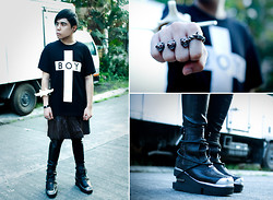 Juan Lorenzo - Longxboylondon Boy Cross Shirt, Unisexrewindbyjpsingson Earings, Os Bone Shackle, Karl Leuterio Leather Kilt, Mogul Leather Pants, 5cm Rings, Nereku Boots - LEAVETHEBOYALONE