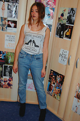 Selina Ra - H&M Boyfriend Jeans, H&M Top, Primark Feathter Earring - Red lipstick