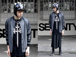Paul Jatayna - Os Oceanglider Aviator Cap, Os Mooneye Necklace, 21men Varsity Jacket, Long Clothing Sweater, Unisex Trousers, The Damned Rev Man Boots - SHUTTHEFUCKUP